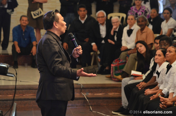 Bro. Eli explains his arguments in front of the live audience at São Paulo, Brazil, during his debate with the Brazilian pastor Rubens Sodré last September 21, 2014 (Brazilian time).