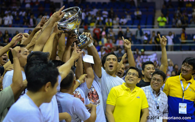 UNTV Cup Season 2 Champion, Team AFP hold their trophy up high while UNTV-BMPI CEO Kuya Daniel Razon, UNTV's Gerry Panghulan, and league commissioner Atoy Co celebrate with the players. (Photo: Photoville International)
