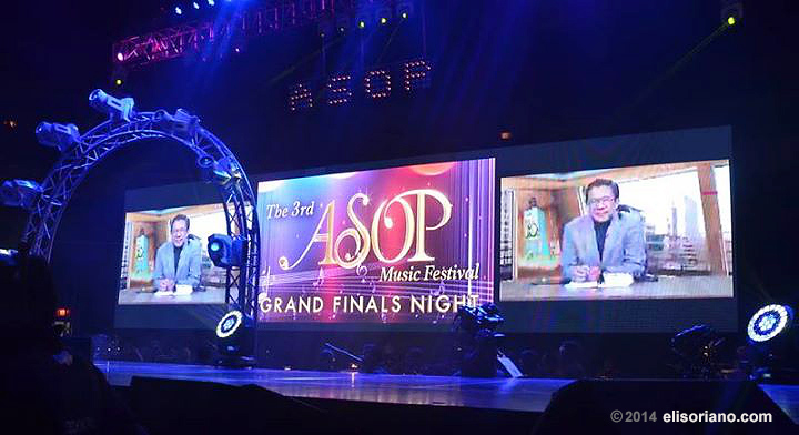 Bro. Eli speaks before the crowd of A Song of Praise Music Festival Grand Finals Night, emphasizing the role of praise songs in changing one's belief and in giving delight to the Creator. (Photo courtesy of Photoville International)