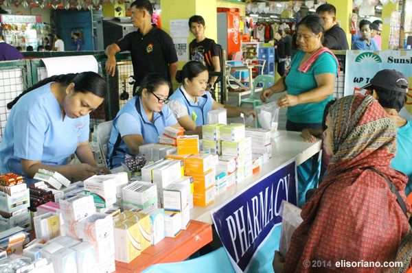 The organizers of the medical outreach program spearheaded by Bro. Eli Soriano and Kuya Daniel Razon dole out medicines for free (File photo: James Espiritu, Photoville International)