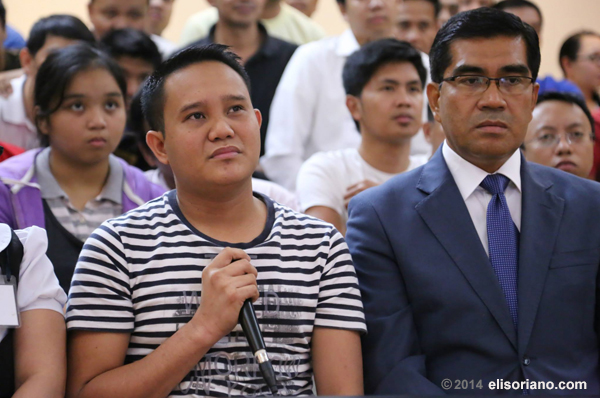 A fellow at Dubai asks Bro. Eli his question during the Tagalog based Bible Exposition. Photo by Photoville International