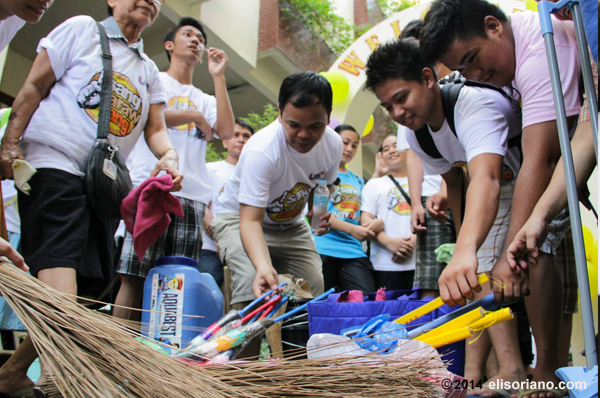 Volunteers from the Ang Dating Daan group pick up all the necessary cleaning materials and gear up for a day of volunteerism and goodwill. (Photo: Photoville International)