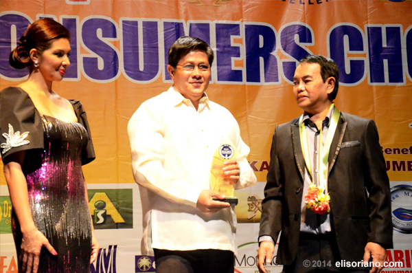 "Katulong ng Pangangasiwa Bro. Danny Navales (middle) receives the trophy recognizing Bro. Eliseo Soriano as the ""Best Bible-based TV/Radio Evangelist"" by the 34th Dangal ng Bayan Awards. (Photo by Madelyn P. Milana, Photoville International)"