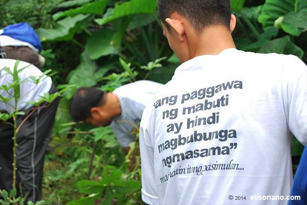 Clean-up drives held in various parts of the country are also part of the Isang Araw Lang advocacy supported by Bro. Eli and MCGI. (Photo by Rogelio Necesito Jr., Photoville International)