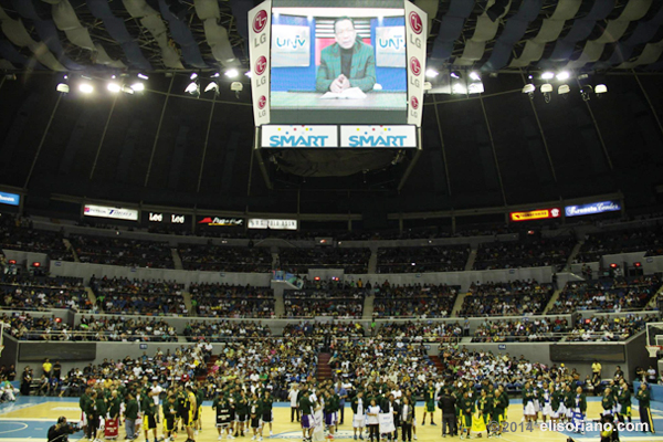 Bro. Eliseo Soriano (on the screen) speaks before the participants and audience during the opening ceremony of the first season of UNTV Cup. Bro. Eli's support for the league continues to the upcoming 2nd season. (Photo by Rovic Balunsay, Photoville International)